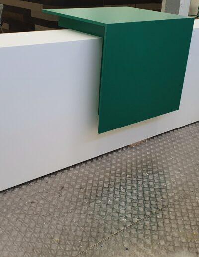 Comptoir d'accueil - coiffe en solid surface